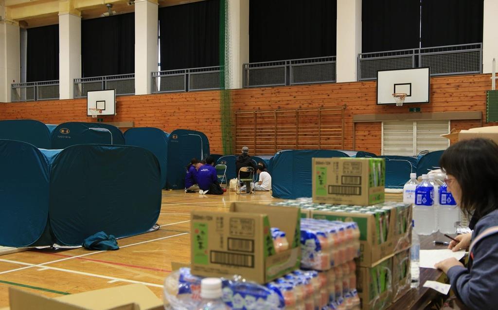 水戸市飯富町に設置されていた避難所。プライバシーを考慮して間仕切りのテントが設置され、企業からの寄付の食料などがあった=10月15日午後、同市(永井大輔撮影)