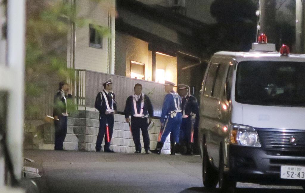 遺体が見つかった民家付近で警戒する警察官=11月8日午後5時26分、東京都東久留米市