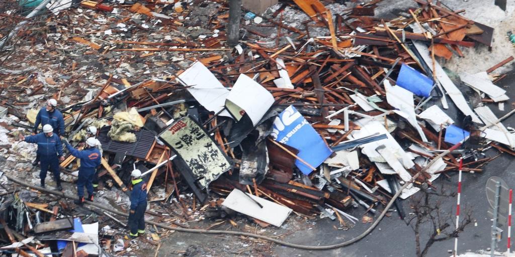 アパマンショップの青い看板が散乱する爆発現場=2018年12月、札幌市豊平区(杉浦美香撮影)