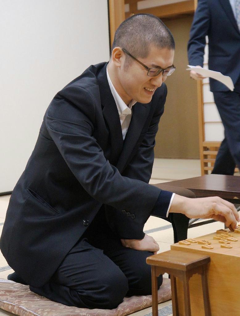 棋士編入試験第1局を白星でスタートした将棋ユーチューバー、折田翔吾さん=25日午後、大阪市福島区の関西将棋会館
