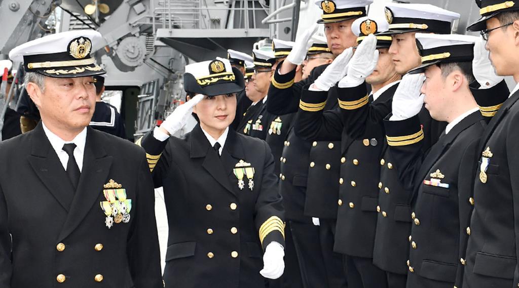 イージス艦初の女性艦長として着任した大谷三穂1佐(中央)=午前8時17分、京都府舞鶴市