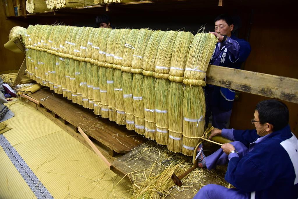 成田山新勝寺では初詣客を迎える「大しめ縄」を作る作業が大詰めを迎えている=2日、千葉県成田市(城之内和義撮影)