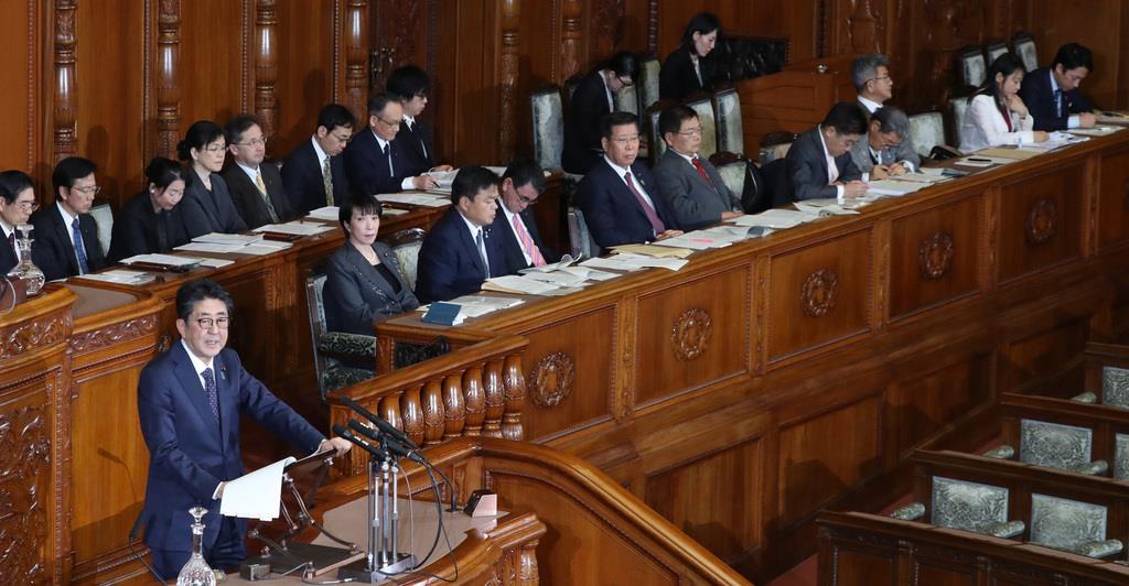 参院本会議で答弁する安倍晋三首相。後方は閣僚ら=2日午後、国会(春名中撮影)