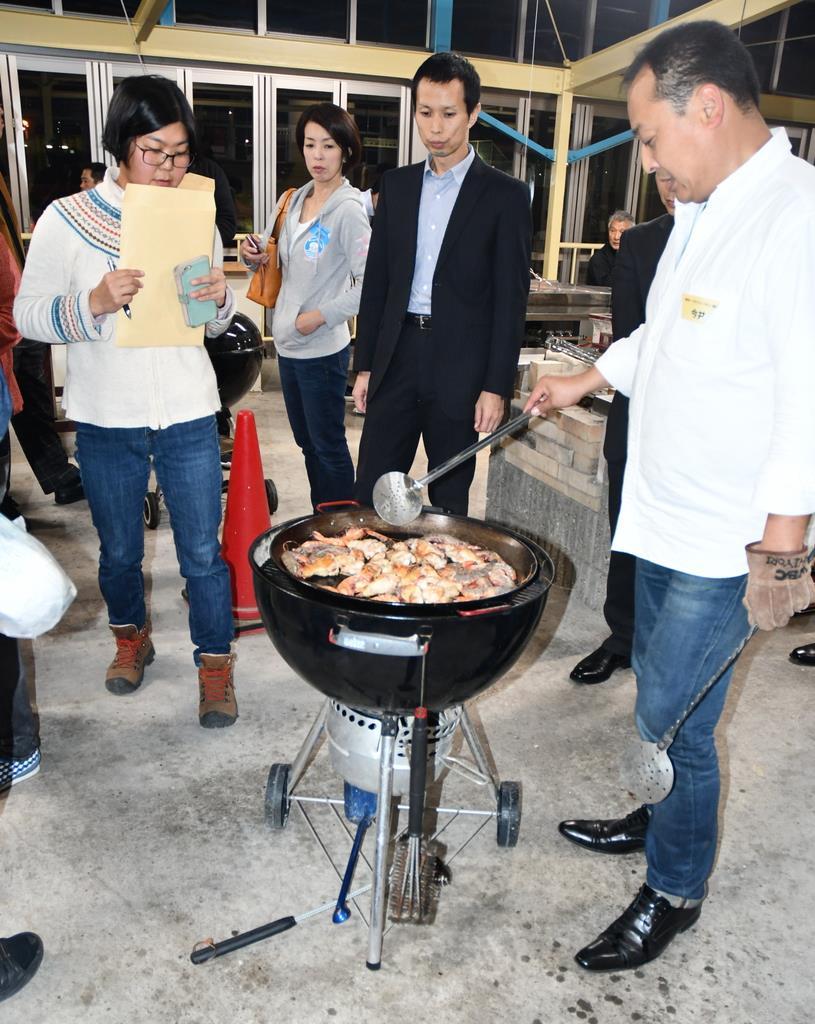海鮮バーベキューについて漁業関係者らが学んだ研修会=11月13日、大阪府田尻町