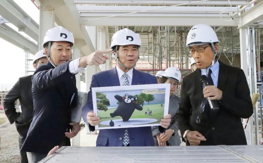 くまモンポート八代の工事現場を視察する熊本県の蒲島郁夫知事(中央)