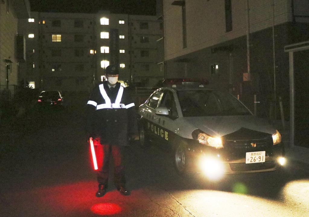 現場付近で警備する警察官=2日未明、長野県上田市