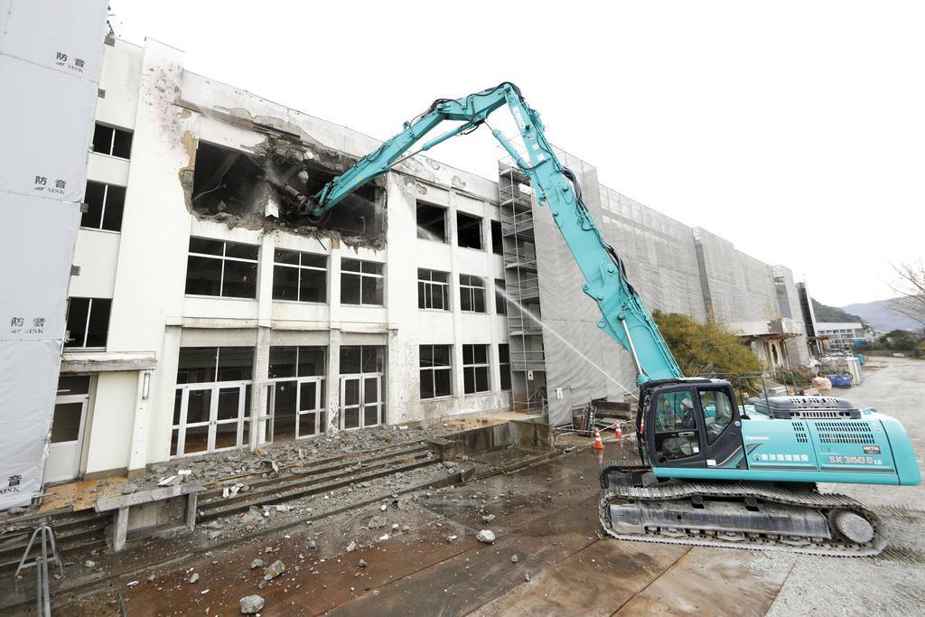 校舎中央部を東日本大震災の遺構として保存するため、解体工事が始まった宮城県石巻市立門脇小=2日午前