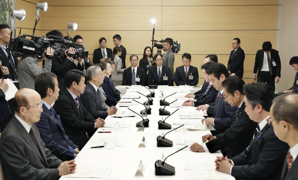 首相官邸で開かれた東京電力福島第1原発の廃炉・汚染水対策チームの会合=2日午前