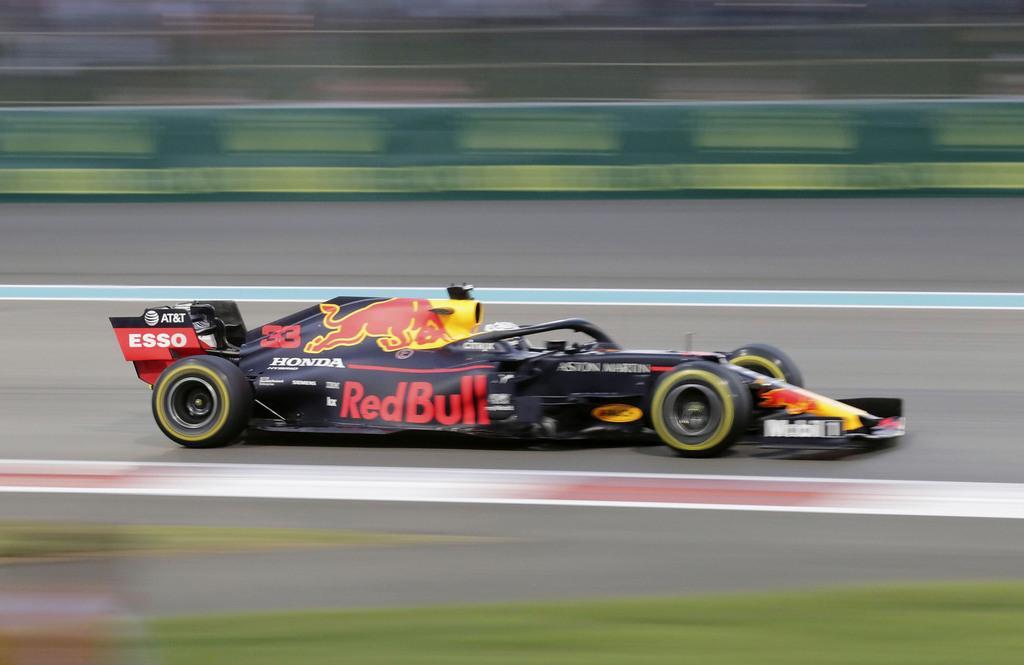 自動車F1アブダビGPで走行するレッドブル・ホンダのマックス・フェルスタッペン=アブダビ(AP)
