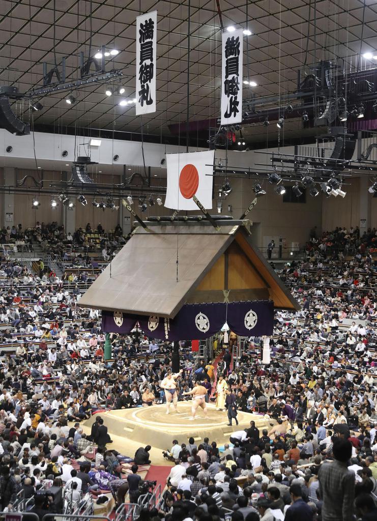 大相撲九州場所の初日、「満員御礼」の垂れ幕が掲げられた福岡国際センター