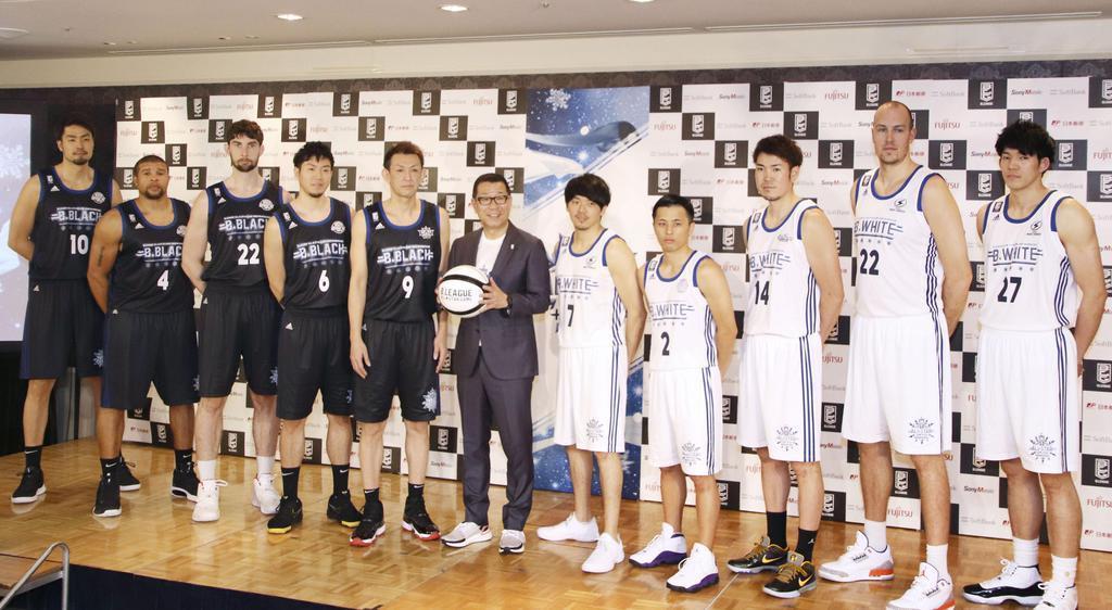 バスケットボール男子のBリーグでオールスター戦の出場選手が発表され、ポーズをとるファン投票で決まった先発メンバーら。左から5人目は北海道の折茂武彦=2日、東京都内