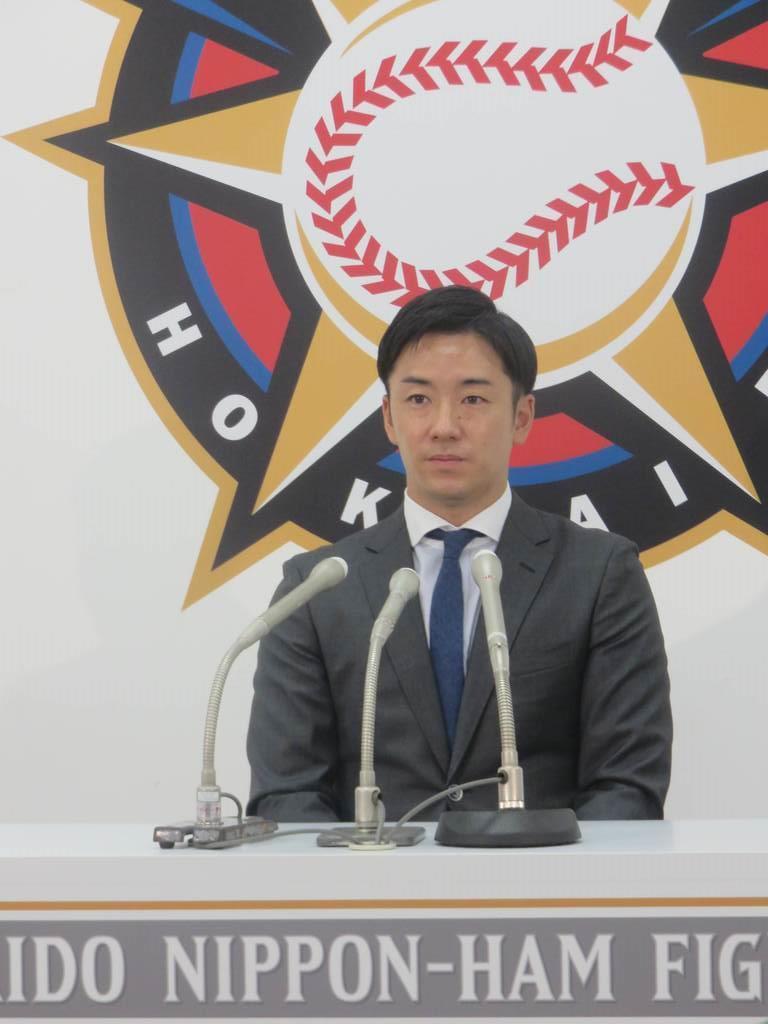 札幌市内の球団事務所で契約更改交渉に臨んだ日本ハム・斎藤佑樹投手