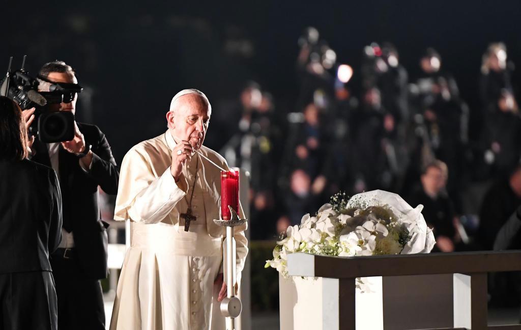 広島平和記念公園の慰霊碑前でキャンドルに火をともすローマ教皇フランシスコ=11月24日