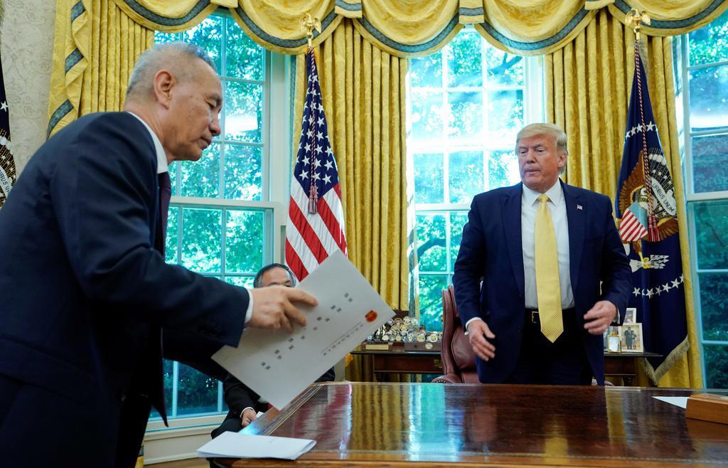 米中貿易で第1段階の合意に達したと発表された10月11日、ホワイトハウスでトランプ米大統領(右)と面会する中国の劉鶴副首相=ワシントン(ロイター=共同)