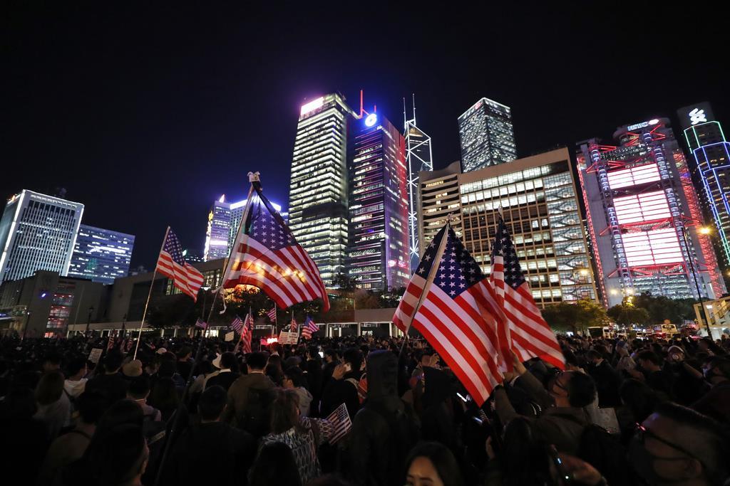 米国で「香港人権・民主主義法」が成立し、喜びにわく香港市民=11月28日(AP)