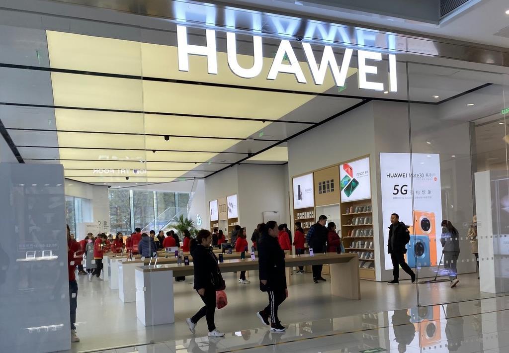 北京市内にある華為技術(ファーウェイ)の販売店舗。多くの来店客が訪れていた(三塚聖平撮影)