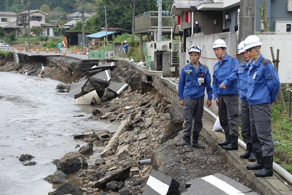 台風19号の被害で崩落した道路現場を視察する東京水道サービスの野田数社長(左から2人目)=10月17日、東京都日の出町