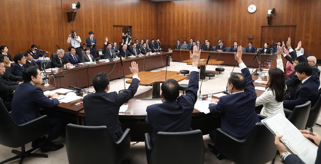日米貿易協定承認案が賛成多数で可決した参院外交防衛委員会=3日午後、国会・参院第34委員会室(春名中撮影)
