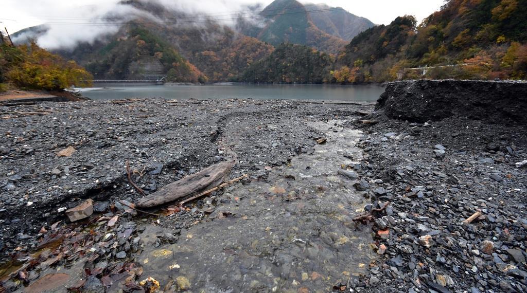 土砂の堆積が進む雨畑ダム=11月27日、山梨県早川町雨畑(渡辺浩撮影)