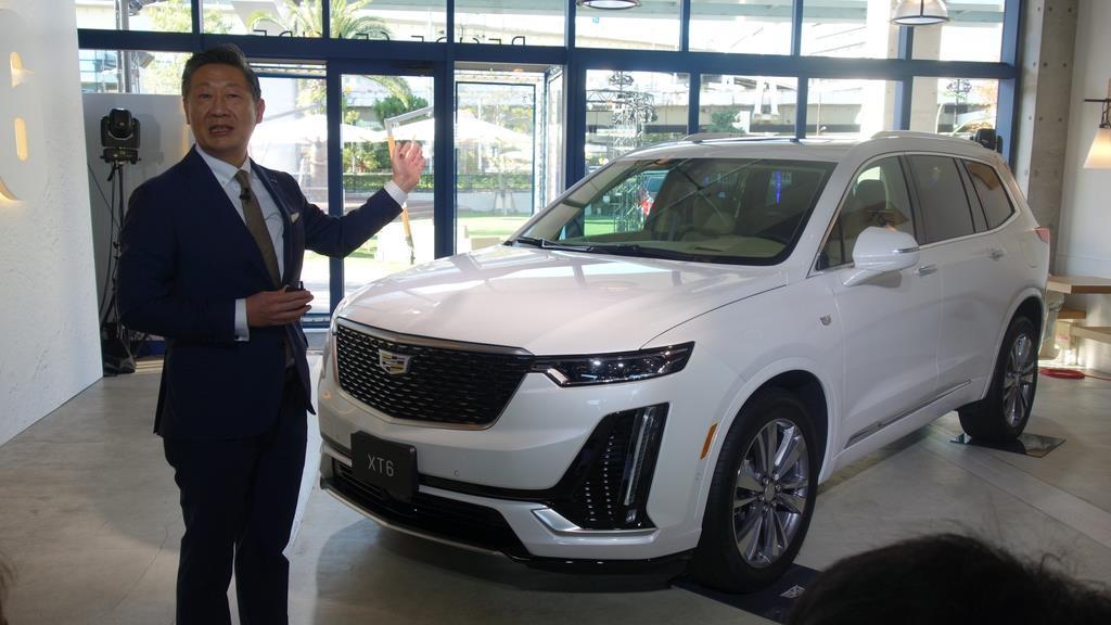キャデラックの新型SUV「XT6プラチナム」とゼネラルモーターズ・ジャパンの若松格社長=3日、東京都港区