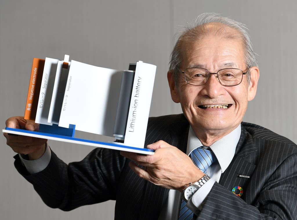 リチウムイオンバッテリーの模型を手にする旭化成名誉フェローの吉野彰さん=東京・有楽町の旭化成(酒巻俊介撮影)