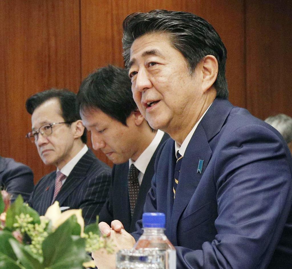 安倍晋三首相とともに会談に出席した北村滋氏(左)=米ニューヨーク(共同)