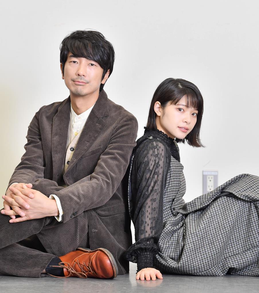 舞台「月の獣」に出演しインタビューに応じる、俳優の眞島秀和さん(左)と岸井ゆきのさん(宮崎瑞穂撮影)