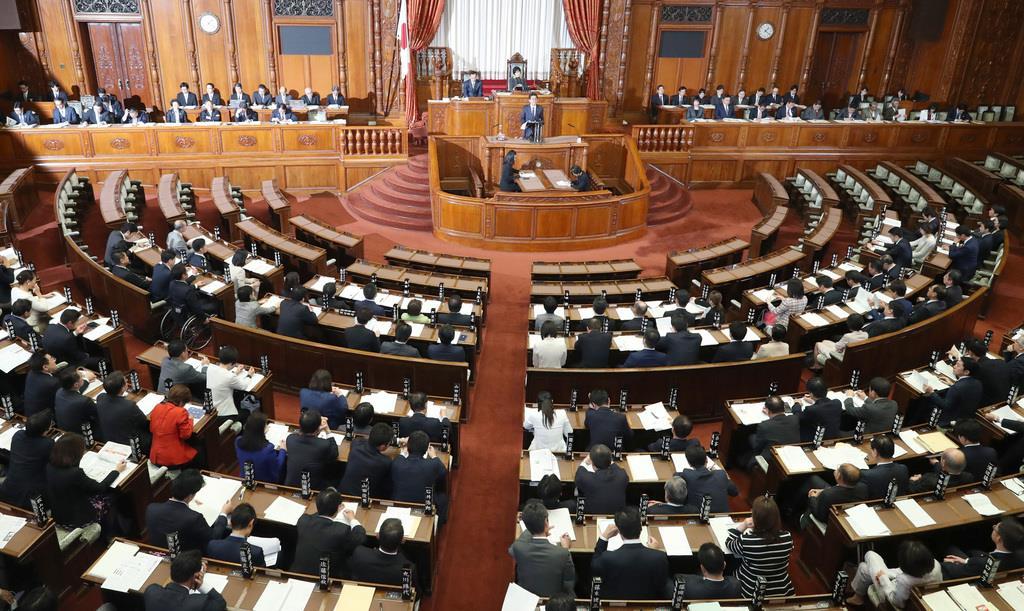 平成30年度決算の審議が始まった参院本会議=2日午後