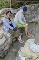 神鍋高原に手作り足湯 かやぶき屋根の下、交流の場