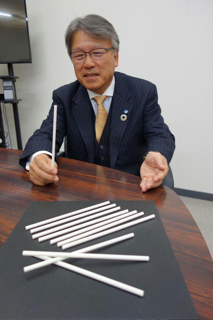 新たに開発した紙製ストローについて説明する稲葉敬次社長