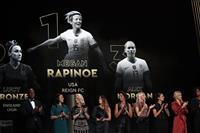 女子最優秀選手はラピノー「信じられない」 バロンドール表彰式