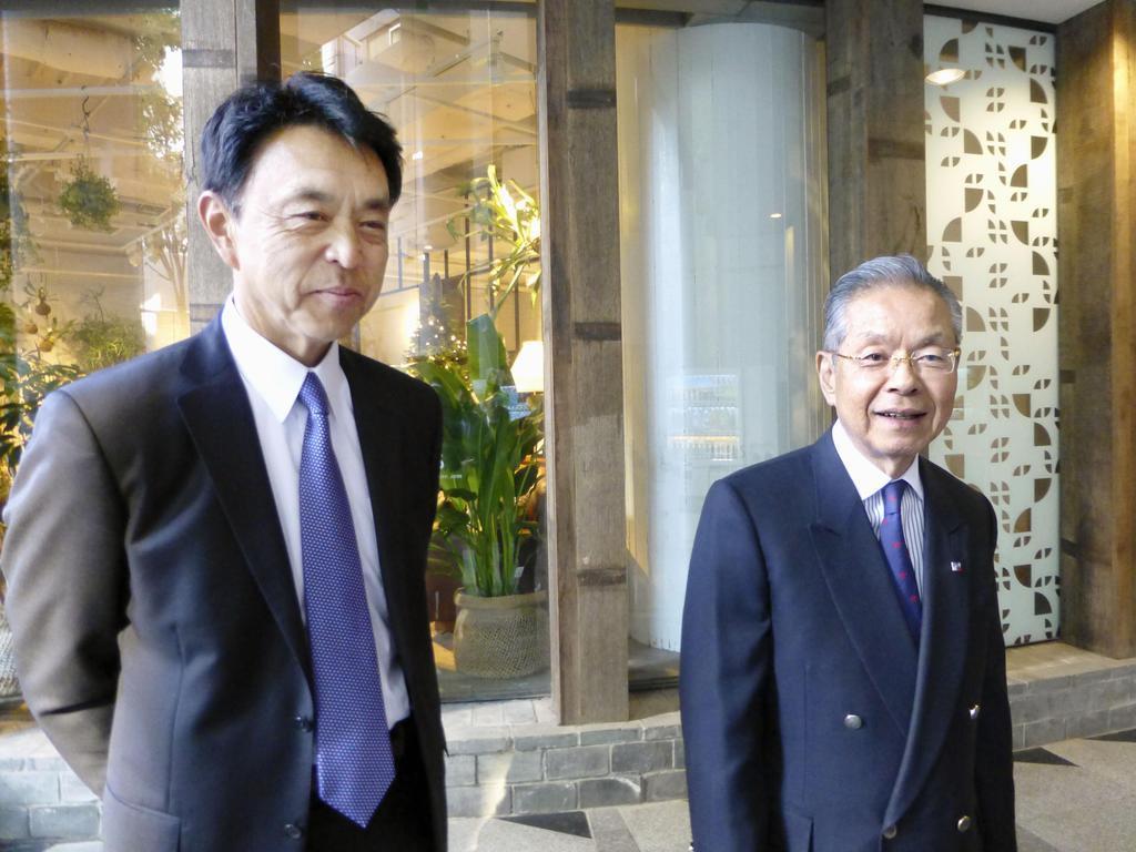 取材に応じる、ヤクルトのGM就任が決まった小川淳司前監督(左)と衣笠剛球団社長=3日、東京都内