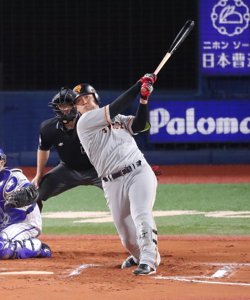 DeNA戦の7回 二塁打を放つ巨人・岡本和真 =21日、横浜スタジアム(福島範和撮影)