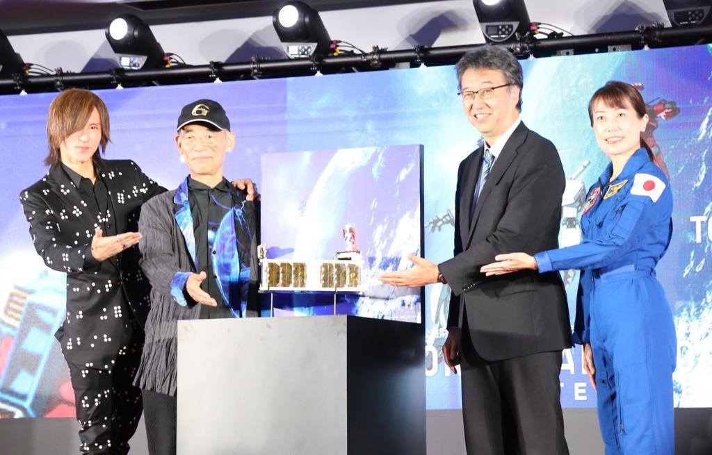 超小型衛星の完成会見に臨む宇宙飛行士の山崎直子さん(右端)やロックバンド「LUNA SEA」「X JAPAN」のギタリスト、SUGIZOさん(左端)ら=3日、東京都港区(松崎翼撮影)