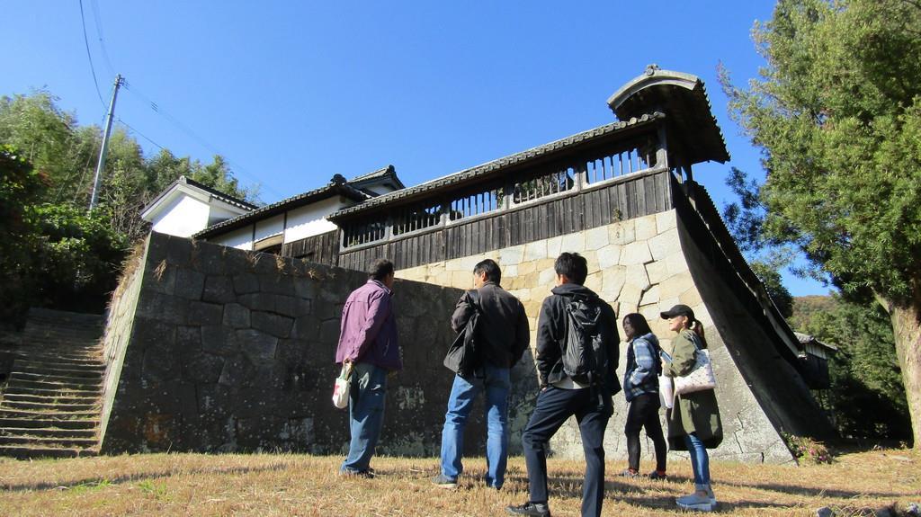手積みされた石垣の上に建つ尾上邸。島の観光資源としての活用が計画されている
