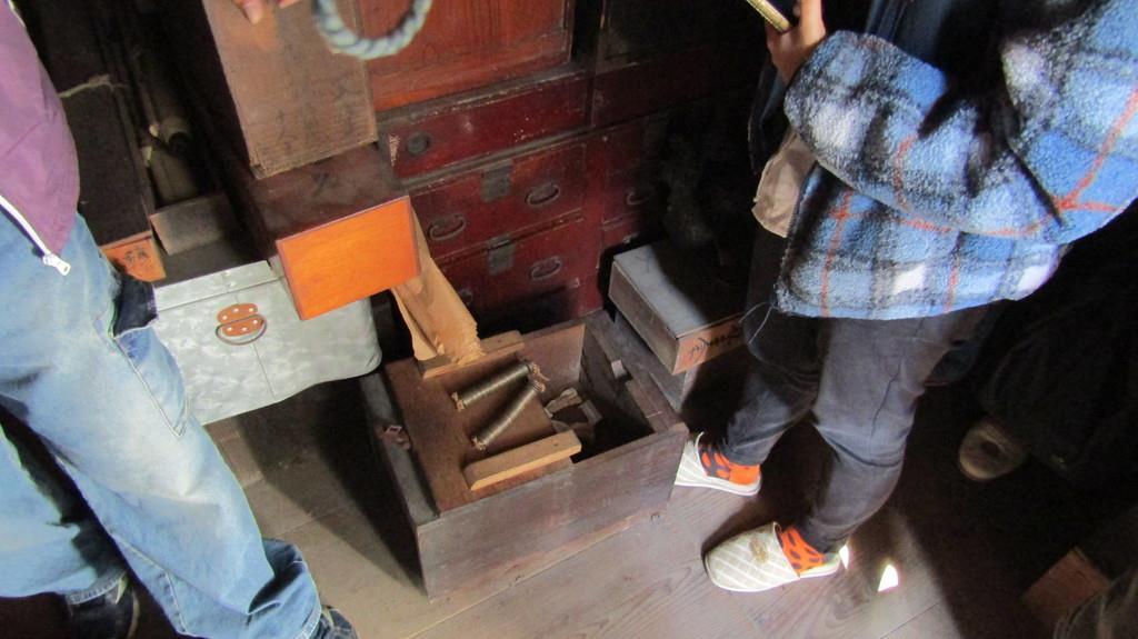 尾上邸の蔵の中で、参加者は江戸時代の通貨や家財などを手に取って当時の暮らしぶりを体感した