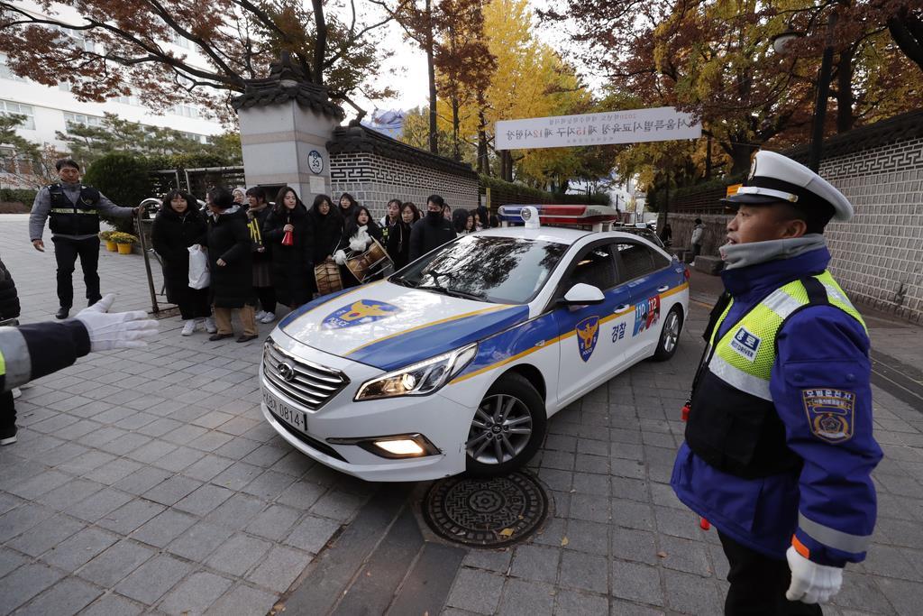 ソウルの受験会場に到着したパトカー。韓国では、遅れそうになった生徒を警察が送り届ける行為が半ば常識化している =11月14日(AP)