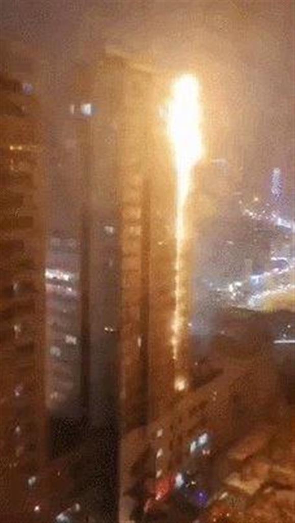 中国中央テレビ電子版が報じた、2日に火災が発生した中国遼寧省瀋陽の高層住宅の映像(共同)