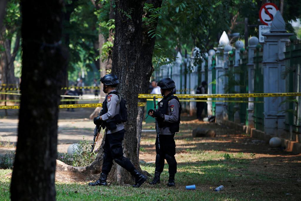 3日、インドネシア・ジャカルタの独立記念塔付近で警戒に当たる警官(ロイター)