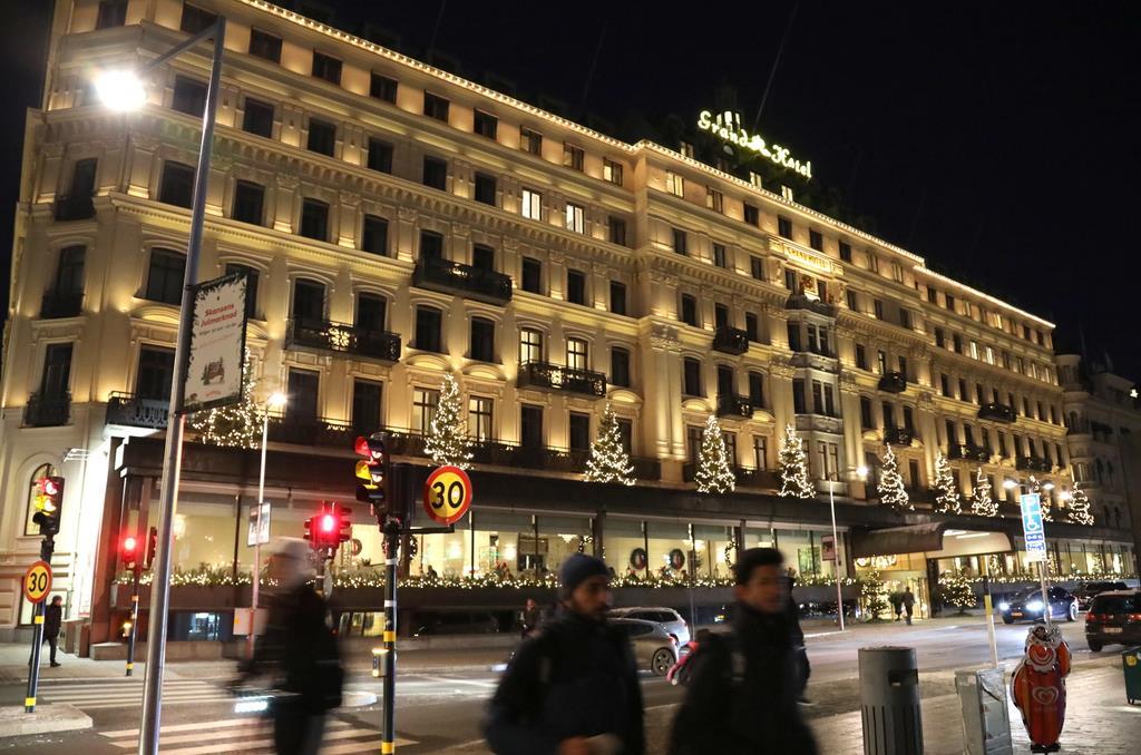 吉野彰さんが宿泊するグランドホテル。クリスマスツリーのイルミネーションで装飾されている=2日、スウェーデン・ストックホルム市内(桑村大撮影)