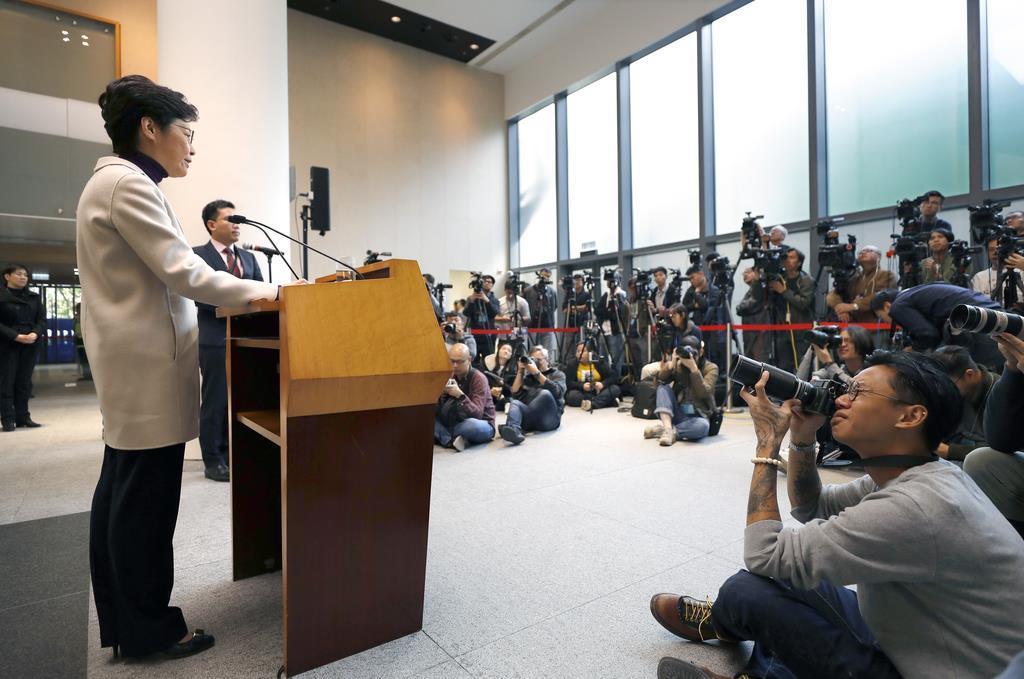 3日、香港の立法会(議会)で記者会見に臨む林鄭月娥行政長官(左)(AP)