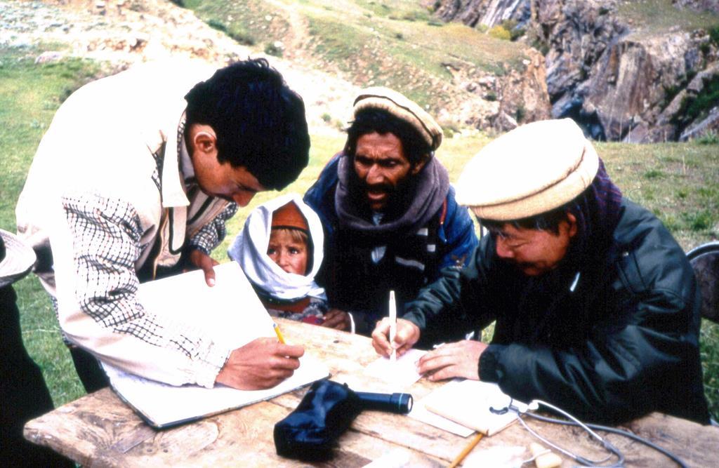 パキスタンの山岳地帯で医療活動を行う「ペシャワール会」の中村哲医師(右端)=1980年代前半(同会提供)