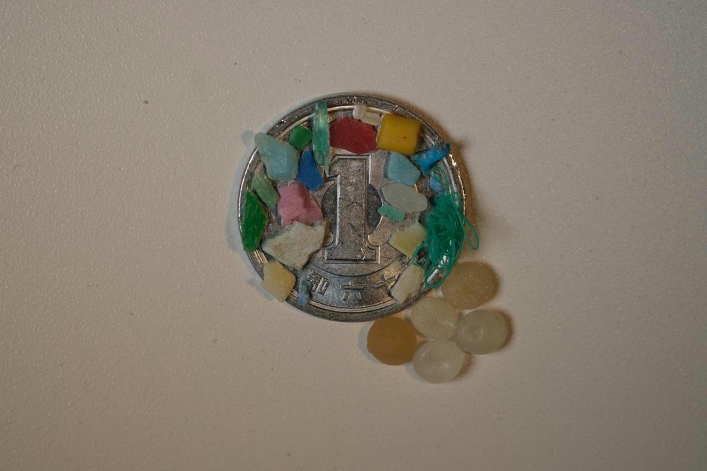 一円硬貨に載せたマイクロプラスチック(中嶋亮太さん提供)