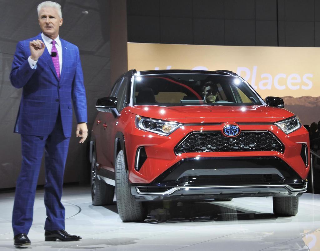 トヨタ自動車が初公開した「RAV4」のPHV=11月20日、ロサンゼルス(共同)