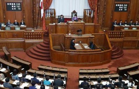 日米貿易協定が賛成多数で可決承認された参院本会議=4日午前、国会(春名中撮影)