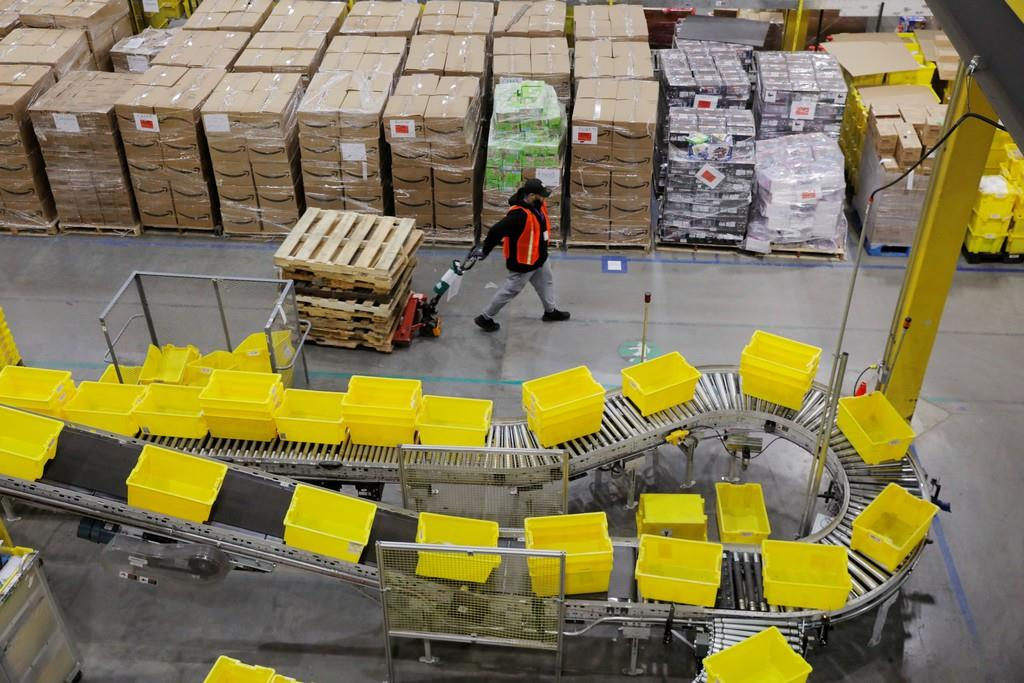 サイバーマンデーに、出荷する荷物の作業をするアマゾンの労働者=2日、米ニュージャージー(ロイター)