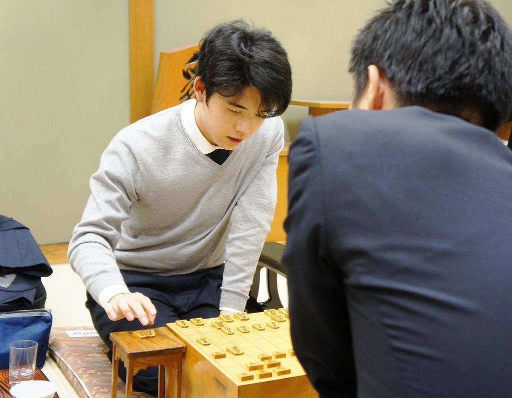 順位戦C級1組の対局で船江恒平六段(右)に勝ち、対局を振り返る藤井聡太七段=3日午後、大阪市福島区の関西将棋会館
