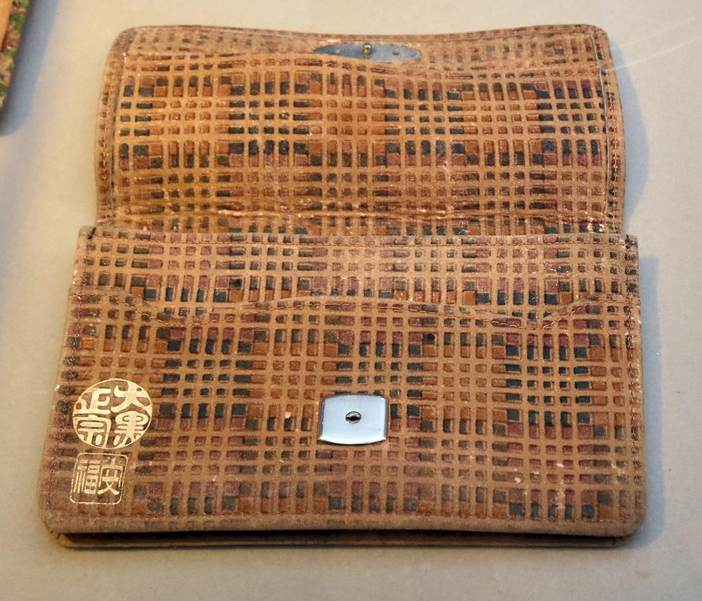 印傳博物館の開館20周年記念展で展示されている更紗の二つ折り財布=甲府市中央(渡辺浩撮影)