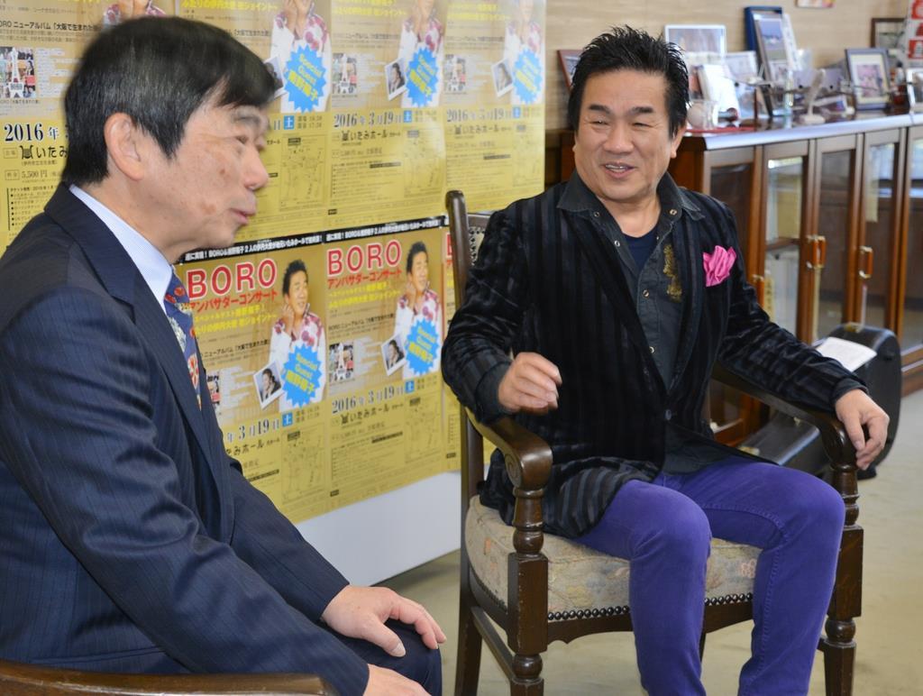 体調が回復し、兵庫・伊丹でのコンサート開催を藤原保幸市長(左)に報告する