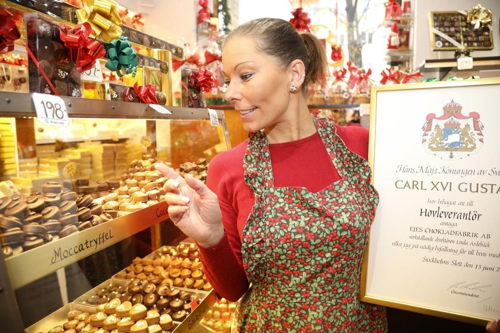 王室御用達のチョコレートを作る専門店「エイエス」。店長のリンダ・アーデベックさんは「とても光栄」と話す=スウェーデン・ストックホルム(桑村大撮影)
